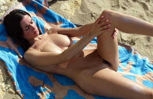 【エロ画像】マ○コの奥まで見える美女全裸画像まとめ