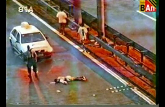 【グロ注意】轢かれて倒れる男性に不運すぎるトドメの一撃・・・
