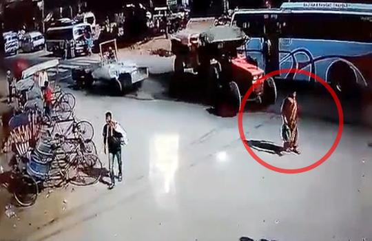 【閲覧注意】女性が車のタイヤで潰されていく一部始終・・・