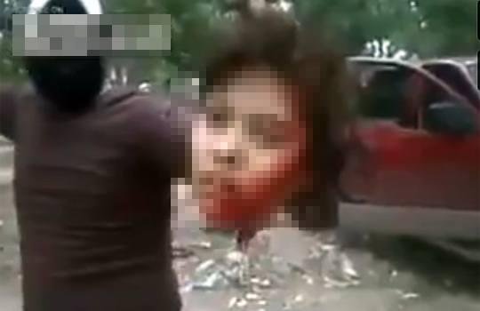 【グロ注意】浮気した妻を公開処刑・・・ナイフで首を切取って見せ付ける ※殺人映像