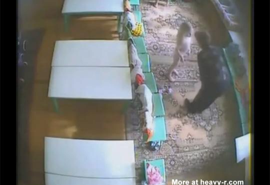 【虐待映像】学校の監視カメラに移った酷すぎる幼児虐待・・・