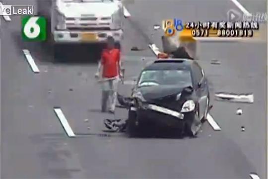 【衝撃映像】事故で車から降りた所を後ろからノーブレーキで轢き殺す