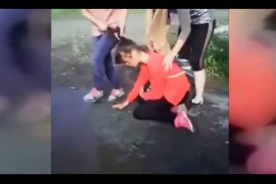 【いじめ】泥水を飲ませようとする胸糞悪い女のイジメ・・・
