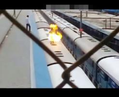 【閲覧注意】電車の上で遊ぶ馬鹿→感電炎上で即死 ※動画有り
