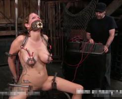【エログロ】彼女を拘束して乳首に電流を流したら失禁してやばい事になった・・・ 無修正
