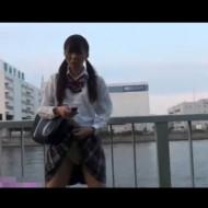 【JK鬼畜プレイ】制服姿のJKのパンツの中に遠隔バイブを仕込ませて街を徘徊させるガチ流出動画