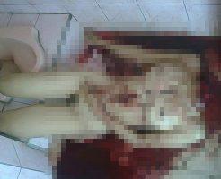 【グロ画像】腹に刺し傷がある首から上がない裸で血まみれの女の子 ※閲覧注意