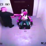 【鬼畜注意】椅子に縛り付けられた女性を拷問する警察の姿をとらえた激ヤバ映像がネットに流出してんぞ!