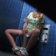 【ガチJK】トイレの隙間から隠し撮りしたら女子校生オナニーしてたんだがwww