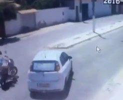 【衝撃映像】実はこのスクーター3回、何かにぶつかります!さぁ、よくご覧になってお答えくださいww
