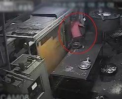 【グロ 動画】動いて2秒で合体!金属加工用のプレス機で頭をペチャンコにされて逝く瞬間が早すぎw