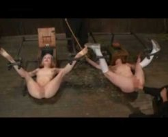 【海外SM】電マでイカない二人の少女さんが手足を完全に固定されマンコにこぶしを入れられ悶絶させられとるやがw ※無修正エロ動画