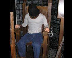 【処刑映像】今から死刑囚を電気椅子で処刑するけど何か質問ある? 全身から水蒸気出て怖すぎんよw ※グロ動画