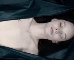 【死姦】ファッwwwガチで死んでる女の子のおっぱい鑑賞会してる変態さんが出現した模様w ※無修正エログロ動画