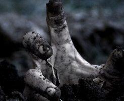 【グロ画像】土の中に生き埋められた人間の中ってどうなるか知ってる? 穴という穴中に土溜まってた・・・
