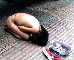 【未成年】おっぱい丸出しで物乞いしてる少女さんを撮影した映像が闇深過ぎる・・・ ※動画