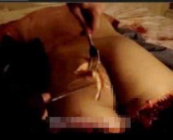 【スナッフフィルム】拉致してきた人間を殺した後にナイフで肉を切り取って食べてるマジもんカニバリズム映像がコレ・・・ ※グロ動画