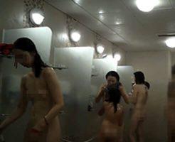 【無修正 盗撮】温水プール施設で隠し撮り シャワー浴びてる女の子の中に子供おってワロタwww