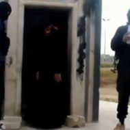 【isis グロ】女を銃殺して雄叫びを上げるイスラム国の処刑現場・・・