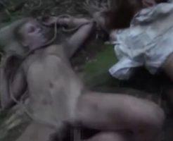 すっごい体勢で絶命している女を屍姦3Pする無修正のネクロフィリア・レイプ動画!
