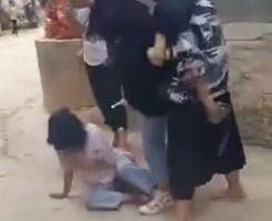 女の子の集団いじめで一人が袋叩きにあっているなんて悲しいなぁ…