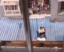 飛び降り自殺に失敗して屋根の上で苦しがってる男性