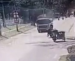 バランスを崩してトラックに突っ込んだバイクのその後がエグい…