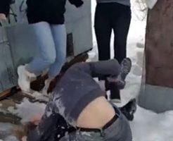 取っ組み合いしている一人の女の子を袋叩きにするのが女の喧嘩w