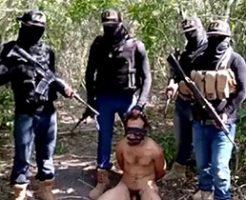 全裸で拘束された男性が武装した男たちに囲まれ斬首処刑される一部始終