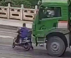 トラックがバイクを轢いて運転手の頭を押し潰す…