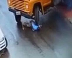 運悪く滑ってしまった男性がそのままトラックの下に…