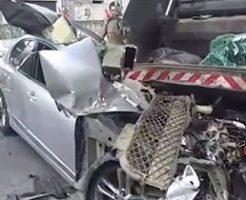 物凄いスピードで車がゴミ収集車に突っ込んだ結果…