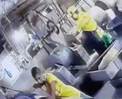 作業中の事故で苦しむ男性をみんなで助ける作業員たち