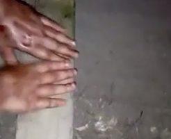 差し出された手をハンマーでぶっ叩く拷問