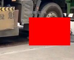 トラックに轢かれた女性バイカー、無残な姿で苦しむ…