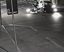 バイクに乗ったカップルが吹っ飛ばされる当て逃げ事故発生