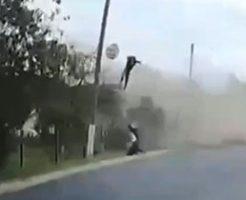 歩行者を巻き込み大クラッシュする自動車ヤバすぎ