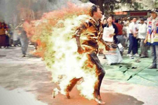 【自殺映像】ブルガリア大統領オフィスの前で女性が自分に火をつけ焼身自殺・・・