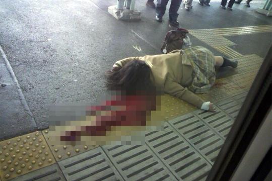 【グロ動画】人が電車に轢かれて死んでいく様子が鮮明に記録された映像 怖すぎて見れない・・・