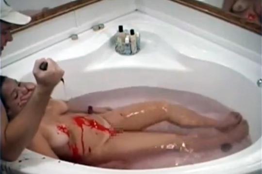 【エログロ】全裸の彼女の腹にナイフをブッ刺してみた ※閲覧注意