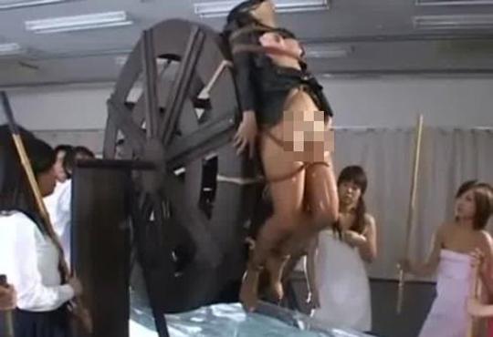 【無修正】中世の拷問がここに再現されるww水車に磔にされてクルクル回される・・・※エロ動画
